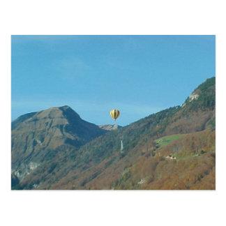 Cartão Postal Balão sobre as montanhas
