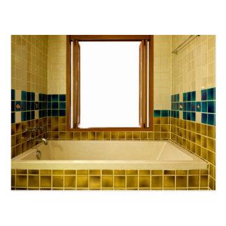 Cartão Postal Banheiro com banheira e a janela aberta