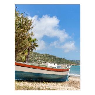 Cartão Postal Barco colorido que encontra-se na praia grega