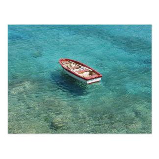 Cartão Postal Barco de pesca na água clara, colorida, Mani