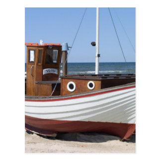Cartão Postal Barco de pesca náutico que senta-se na praia do