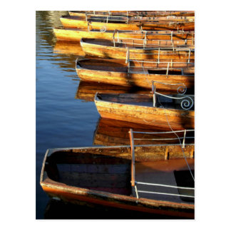Cartão Postal Barcos de fileira de madeira em Derwentwater