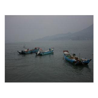 Cartão Postal Barcos de pesca no crepúsculo no rio de Danshui