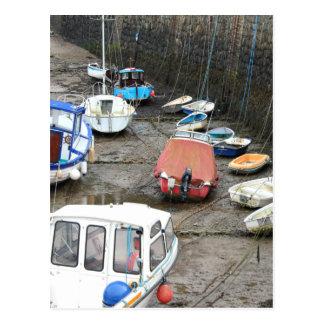 Cartão Postal Barcos no porto na maré baixa.