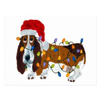 Cartão Postal Basset Tangled em luzes de Natal