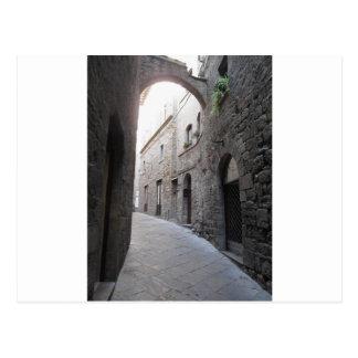 Cartão Postal Beco escondido na vila de Volterra, província de