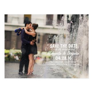 Cartão Postal Beijo romance do casal na fonte/economias a data