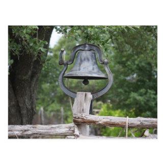 Cartão Postal Bell velha em uma cerca