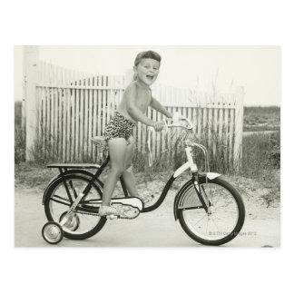 Cartão Postal Bicicleta da equitação da menina