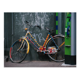 Cartão Postal Bicicleta que descansa na parede de Graffitti