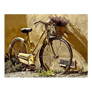 Cartão Postal Bicicleta velha de dois veículos com rodas