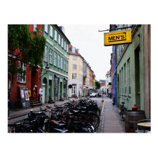 Cartão Postal Bicicletas na rua velha de Copenhaga