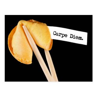 Cartão Postal Biscoito de fortuna de Carpe Diem