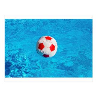 Cartão Postal Bola de praia que flutua na piscina azul
