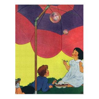 Cartão Postal Bolhas de sopro da menina e do menino do jogo de