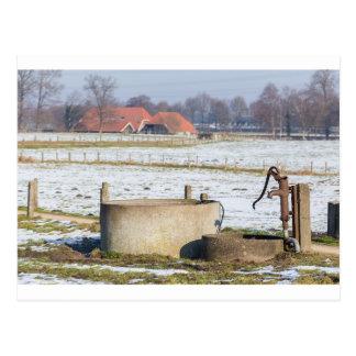 Cartão Postal Bomba de água e bem na paisagem da neve do inverno