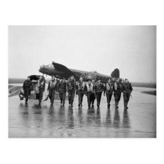 Cartão Postal Bombardeiro RAF de Lancaster da tripulação aéreo