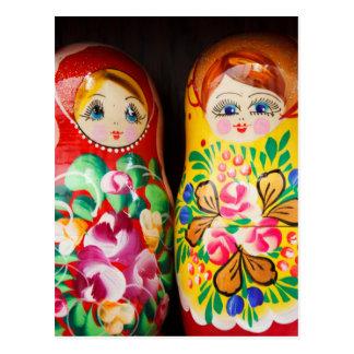 Cartão Postal Bonecas coloridas de Matryoshka