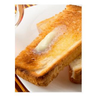 Cartão Postal Brinde quente com manteiga em um fim-acima branco