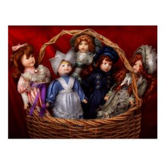 Cartão Postal Brinquedo - bonecas - uma cesta de bonecas do