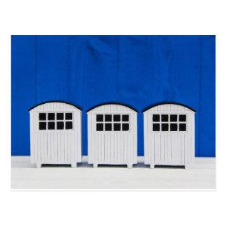 Cartão Postal Cabines da praia do verão em azul e em branco