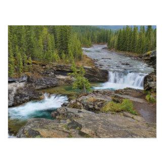 Cartão Postal Cachoeira nas montanhas rochosas canadenses