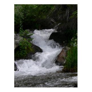 Cartão Postal Cachoeira no parque nacional de montanha rochosa