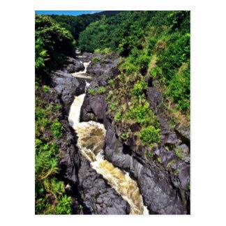Cartão Postal Cachoeira rápida do rio através do desfiladeiro