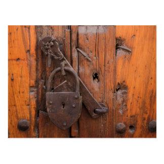 Cartão Postal Cadeado na porta de madeira