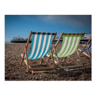 Cartão Postal Cadeiras de plataforma que olham o mar
