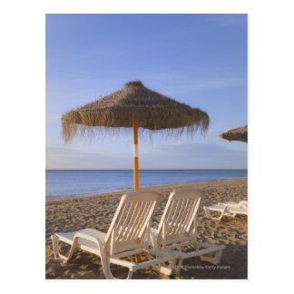 Cartão Postal Cadeiras de praia da areia com guarda-chuva