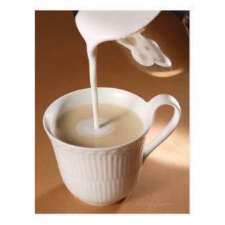 Cartão Postal Café com o leite que está sendo derramado dentro