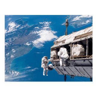Cartão Postal Caminhada do espaço do astronauta acima da terra