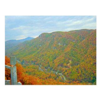 Cartão Postal Caminhando a maneira acima nas montanhas