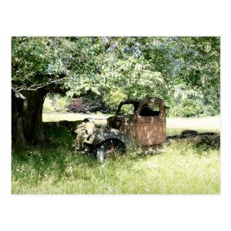 Cartão Postal Caminhão do balde da oxidação no campo (vista