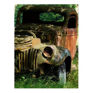 Cartão Postal Caminhão do vintage que oxida afastado