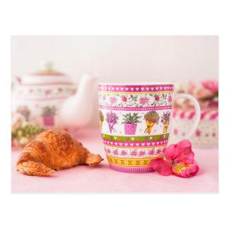Cartão Postal Caneca com chá, Croissant e flor