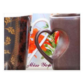 Cartão Postal Canecas dadas forma coração do punho