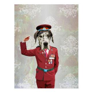 Cartão Postal Cão engraçado no uniforme vermelho