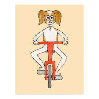 Cartão Postal Cão que monta uma bicicleta vermelha