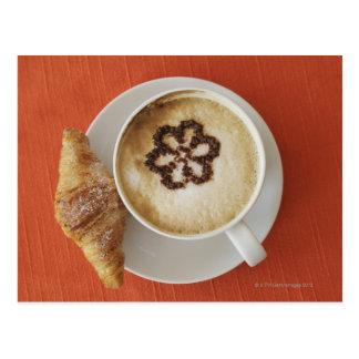 Cartão Postal Cappuccino com chocolate e um croissant, Italia