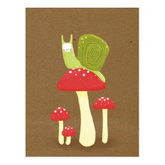 Cartão Postal Caracol verde em cogumelos salpicados vermelhos