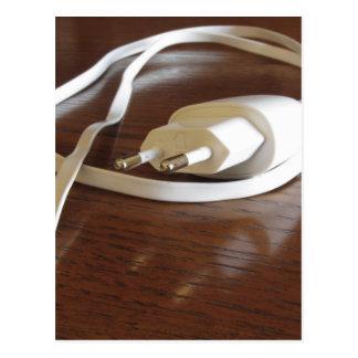 Cartão Postal Carregador branco do smartphone na mesa de madeira