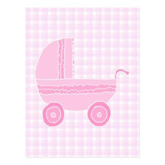 Cartão Postal Carrinho de criança de bebê. Luz - rosa no guingão