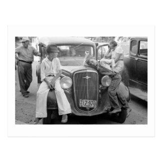Cartão Postal Carro antigo, família da Grande Depressão, os anos
