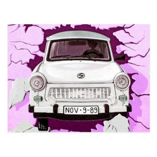 Cartão Postal Carro de Trabant e muro de Berlim