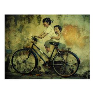 Cartão Postal Cartão/miúdos da arte da rua na bicicleta/penang
