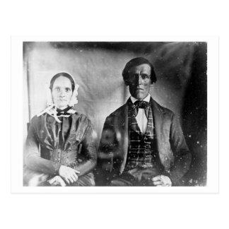 Cartão Postal Casal assentado 1840 do homem e da mulher