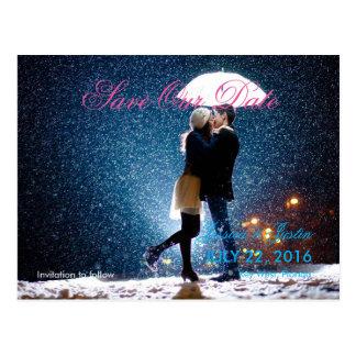 Cartão Postal Casal com guarda-chuva que beija na neve/economias