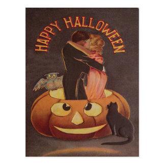 Cartão Postal Casal que beija o gato preto da lanterna de Jack O
